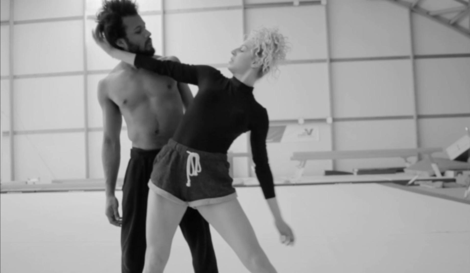 Duo entre danse et acrobatie